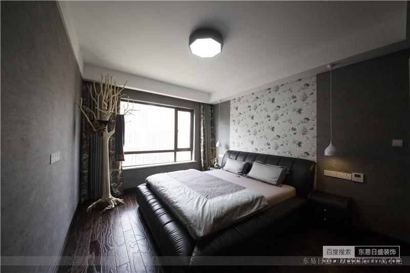 浅灰色的房屋色调搭上黑色床柜,透着一股精英风格