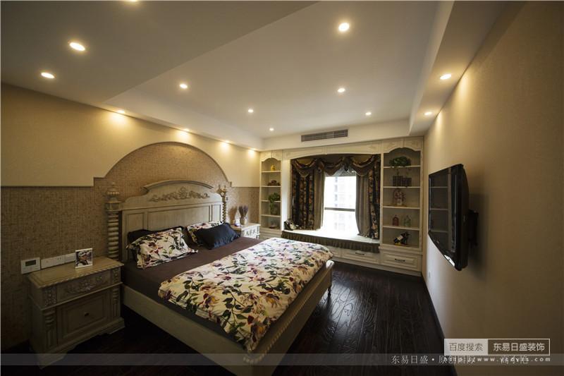 半弧形的床头墙壁与飘窗的风格统一