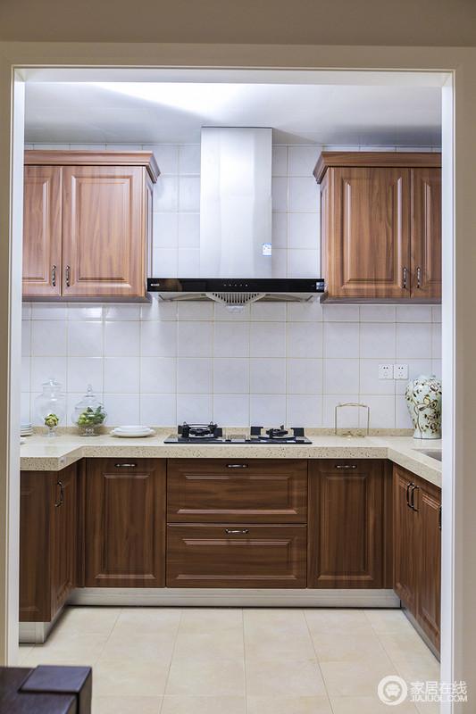 厨房以小白砖铺贴墙面与米色地砖构成对比,胡桃木橱柜起到过渡作用,让空间色调和谐,功能性十足的厨房,让生活利落而简单,烹调美味也是一种享受。