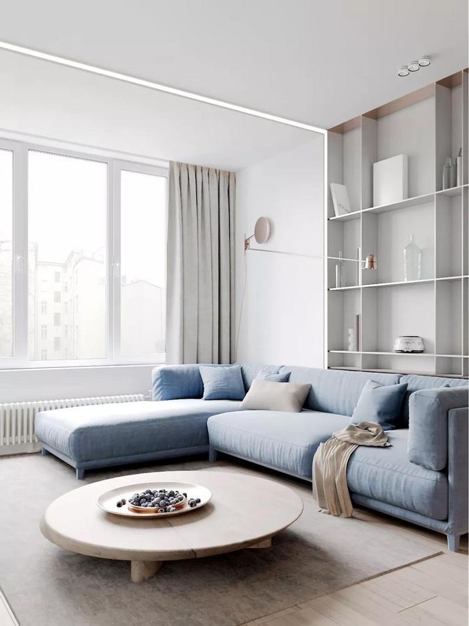 整个客厅以白色、米色等淡雅色为基调, 营造出一丝宁静舒适的感觉, 但是局部又用一抹幸福蓝作为点缀色, 巧妙地打破了空间的单调。