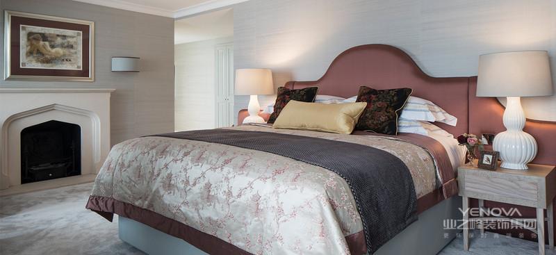 美式风格设计的粗犷大气则一般体现在其家具上,不但表现在美式家具的材质上,还表现在它给予人的整体感觉上。在一些美式风格家具中,涂饰上往往会采用做旧的工艺处理。在这些家具的造型上,在保留了美式风格家具的古典色泽和质感的同时,时常还可以看到华丽的枫木滚边、胡桃木的镶嵌线、扭扣般的手把以及模仿动物形状的家具脚腿造型等。