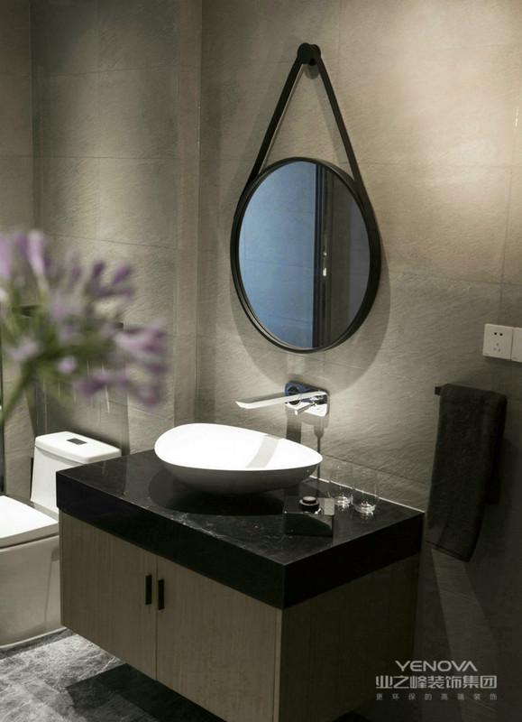 卫生间简单的洗脸台,做了很好的收纳,以及悬挂着大圆镜整个温馨时尚