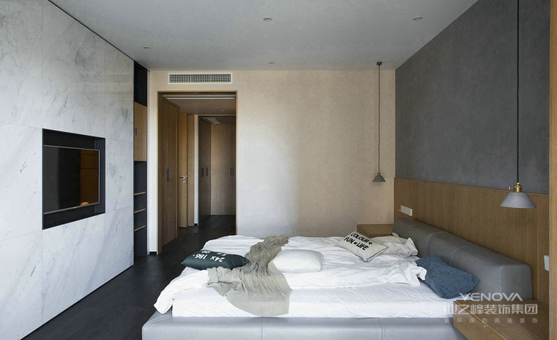 墙面上的嵌入式电视设计,以及床头灰色背景墙整个温馨简约