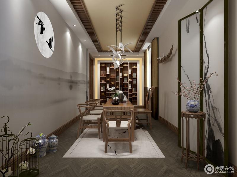 茶室从结构上就做了很多简化,例如吊顶以原木来勾边,却减去了传统木梁结构的繁复,灰色锥形木地板带来曲线动律;书柜的格子状设计让整个墙面都格外立体,演绎陈列美学,为空间带来一种文艺气息;墙面的灰墨之雅与屏风的写意墨调交相呼应,清雅素静;新中式实木家具因为白色地毯的衬托更为朴质考究,青花瓷器、白色飞鸟陶瓷灯、鸟笼摆饰等裹挟着不同的家居艺术,造就禅静。