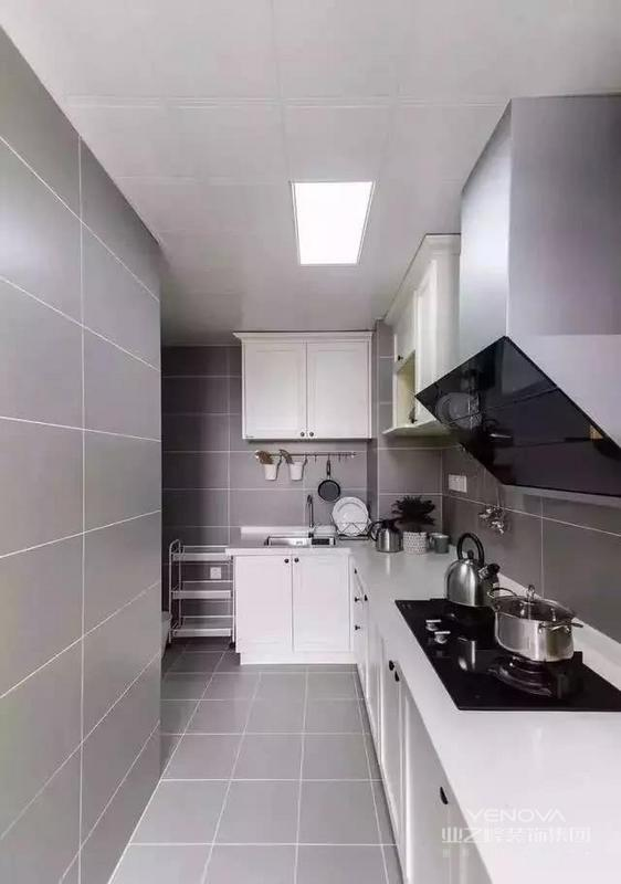 由于线条简单、装饰元素少,现代简约需要软装来配合。如沙发与靠垫,窗帘与床单餐桌与餐布等。软装到位是现代粉饰的关键。多功能的个性空间功能与空间组织,注意发挥结构构成本身的形式美,再行简介,反对多余装饰。主张在有限的空间中发挥最大的使用效能。家具选择上强调让形式服从功能,一切从使用角度出发,废弃多余的胡佳装饰,点到为止。简约,不仅仅是一种家装风格,更是一种生活方式,一种生活哲学。