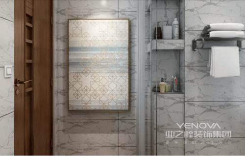 卫生间墙面爵士白的经典纹理,搭配香槟色边框挂画,散发出的摩登气息,充满魅力感,再加上砖石的效果,让整个空间多了天然感。