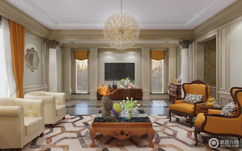 客厅的结构看似中规中矩,从木梁的雕刻工艺到石柱带来的巴洛克建筑的富丽,也增添了一丝浪漫的色彩;空间的底色看似朴素,但是利用橙黄色窗帘及扶手椅,让空间跳跃着色彩的活力,也缓解了色彩的单一;地毯的几何造型带来一种现代时尚,与木雕工艺的茶几、白色单人沙发构成另类雍容,球形水晶灯的璀璨,无疑让空间轻华奢侈。