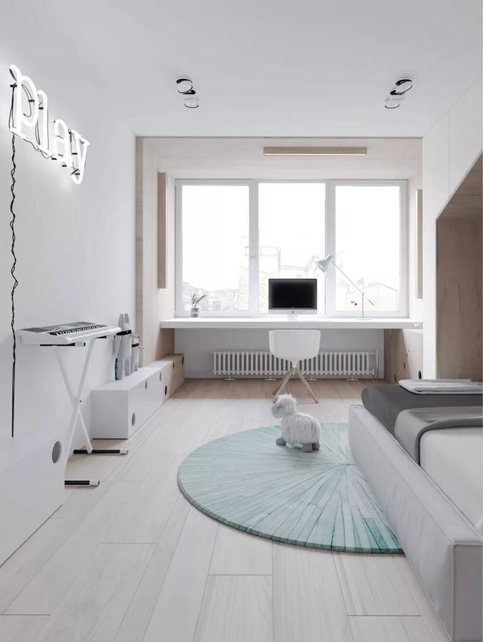 窗前的学习区域, 是用一块狭长的白色隔板定制而成的。 周围以柔和的木质墙面为过渡, 再搭配三盏护眼灯, 实现了从一旁的娱乐功能向学习功能的转变。