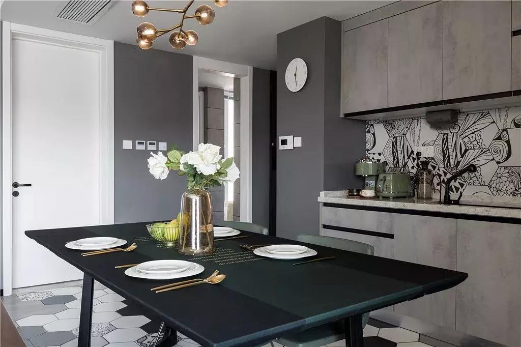 开放式西厨让空间更有连通性 让家居显得更温馨/空透开阔 充分利用现有空间 在右侧设计一扇窗户 解决油烟问题,保持空气流通顺畅