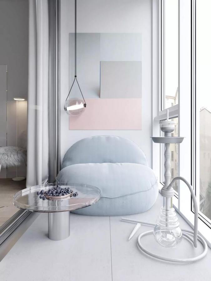 主卧阳台也被改造成了一个休闲区, 一张懒人沙发、一个圆形茶几、 一面色调柔和的装饰墙以及 一盏小资情调的氛围灯, 瞬间就把人带入一个诗意的小世界, 构造出一幅安静美好的生活图景。