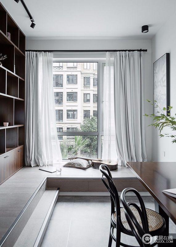 书房设计了叠层地台,结合着书柜,让空间休闲意味更强;柔和的线条和明亮的光线相结合,也展现了木质的通透性,呈现出优雅的视觉体验。