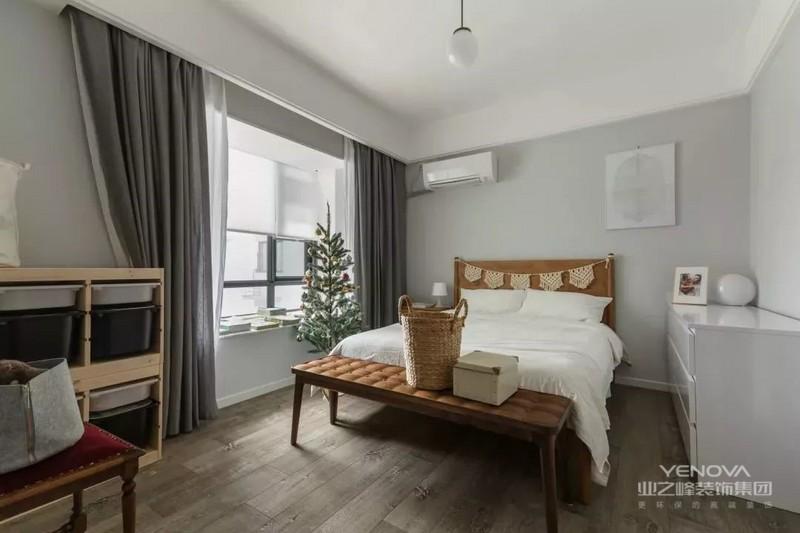 卧室在淡淡的浅灰墙面基础,深色木地板、灰色窗帘,情调的大飘窗,整体显得格外的简约清新。