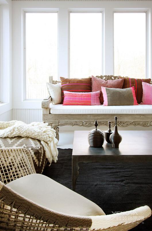 混搭风格跨域了装修的时代背景,融合了不同的装修风格。可以说它是最随意的一种装修方式,只为体现设计者的设计理念,为居住者量身打造最具备个人色彩的家居空间。混搭风格的室内设计摒弃了太多的约束,摆脱了沉闷的装修格局,符合了当今人们追求个性、随意的生活态度。