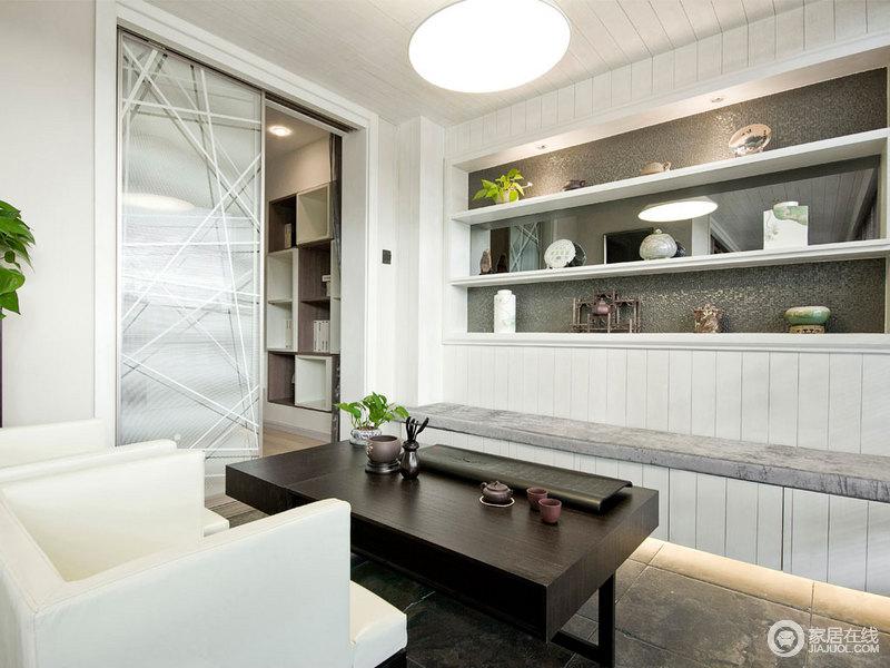 休闲室并没有做太多的设计,而是以白色收纳柜来表达生活空间的陈列美学,让器物之美传递生活的情调;推拉门的线条感简单大气,与沙发和茶几的黑白调,变化出空间的抽象。