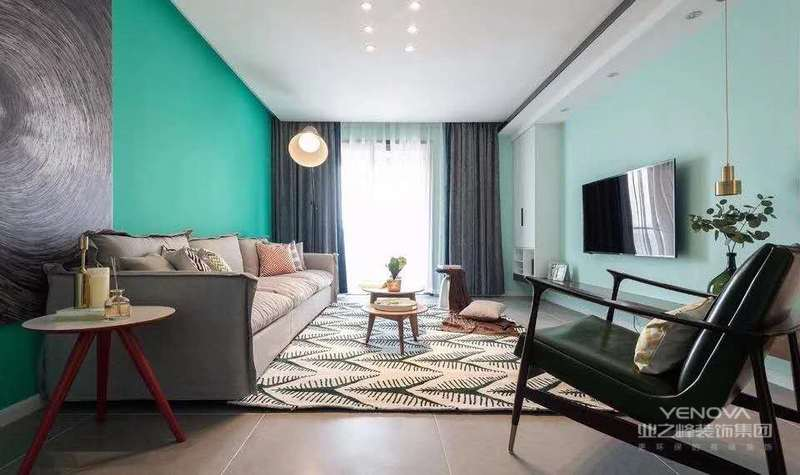这套127平米的房子以简约淡雅的空间基础,在空间里以原木质感与白色柜门的搭配,营造出一个自然舒适的惬意氛围,置身其中令人感受着轻松舒适的精致氛围感。