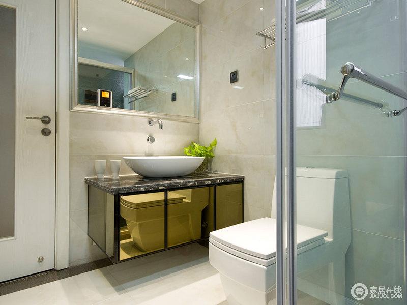 卫生间虽然不大,但是方正规整,干湿分区的设计也是丝毫不马虎;米色砖与黑色盥洗柜让空间具有对比感,也格外利落、实用。