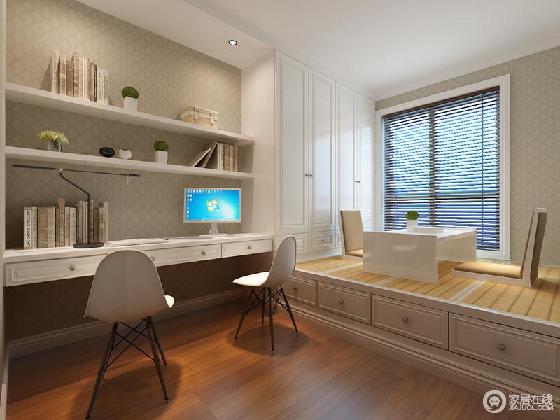 书房的装饰格调,则显得较为平和;设计师将居室大部分收纳归于书房空间,利用一体式的书桌、衣柜和榻榻米,以白色和木色的搭配,使空间兼具办公与娱乐休闲;书架背景的网格,低调内敛的烘托渲染