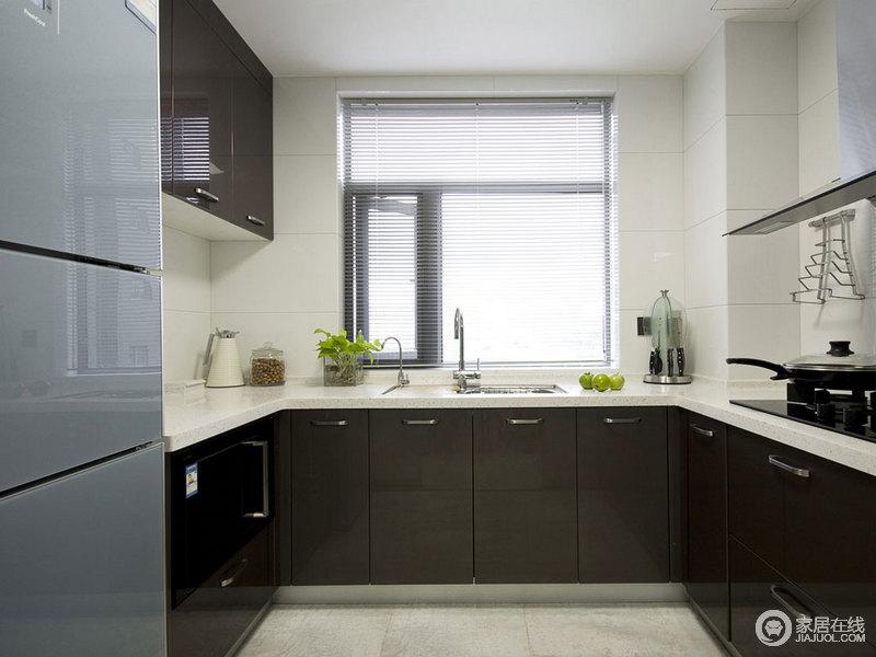 厨房以黑白为主,让U型的橱柜更为时尚和实用,简单的用色就将现代感凸显出来,让生活更为舒适。