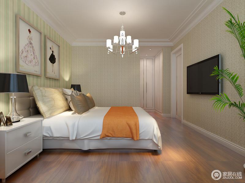 卧室采用清新的绿色条纹,自然营造休憩氛围,混搭暗纹的壁纸,高大的绿植点缀,尽量使空间的环境透着安宁慵懒;白色的床品上,跳跃的橙黄点睛出彩;床头画作,展现出细腻雅致的时尚。