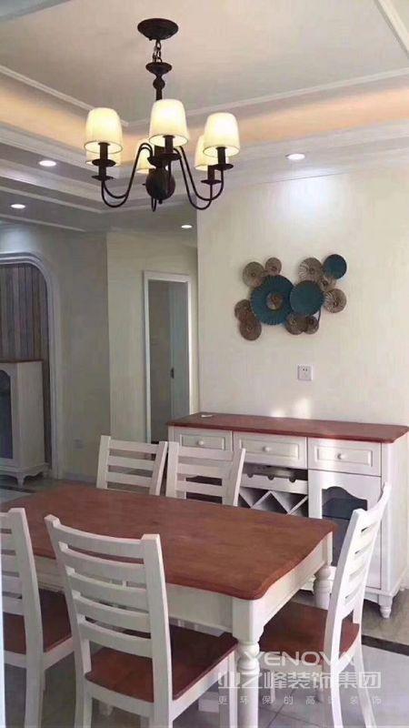 餐厅设计是地中海典型的白与红褐,带来一种大地般浩瀚的感觉。