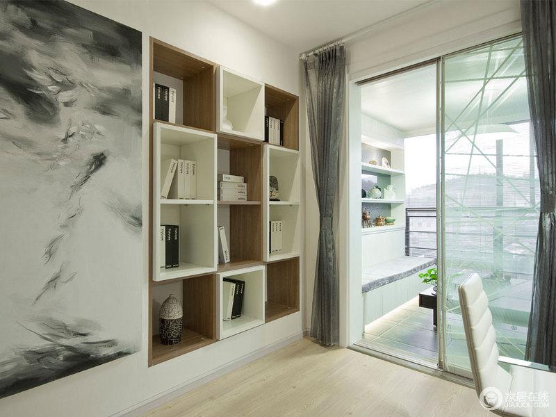 书房的设计以简单和实用为主,将墙面做了几何书柜来满足收纳之需,却将几何的立体之美表现得淋漓尽致;黑白色调的艺术画,让空间多了幻想和文艺。