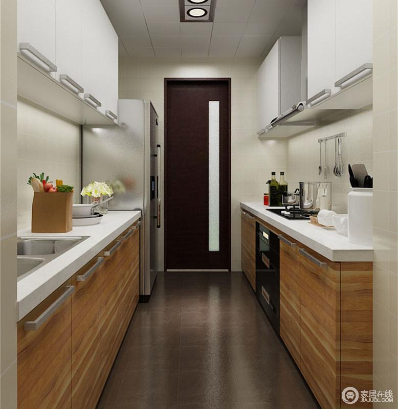 厨房点睛的原木色地柜,纹理细腻状如条纹,生动活跃的与简约的灰白色吊柜搭配组合;门饰与地面也以深色系,演绎制造空间的视觉层次;分饰两侧的料理台,让空间的动静线分明。