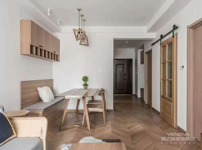 案为北欧风格,通过清晰,简明的线条剪裁和素净质朴的家具组合,构建出舒简约、质朴的生活空间,让人身心舒畅,感到宁静和安逸。藉着室内空间的解构和重组,便可以满足业主对悠然自得的生活的向往和追求,缔造出一个令人心弛神往的写意空间。北欧以简约著称,具有很浓的后现代主义特色,注重流畅的线条设计,代表了一种时尚,回归自然,崇尚原木韵味,外加现代、实用、精美的艺术设计风格,正反映出现代都市人进入新时代的某种取向与旋律。北欧风格设计貌似不经意的搭配之下,一切又如浑然天成般光彩夺目。任何一个空间,总有一个视觉中心,而这个中