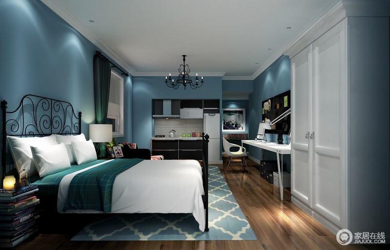 卧室以蓝色墙面漆为空间着色,幽蓝的色调让你感受到如海如天般清凉;黑色铁架床与白色床品简洁而显舒适,蓝色菱形地毯与白色的家具呼应着设计的主题,抛弃一切沉重,书本堆砌成的边柜显文静。