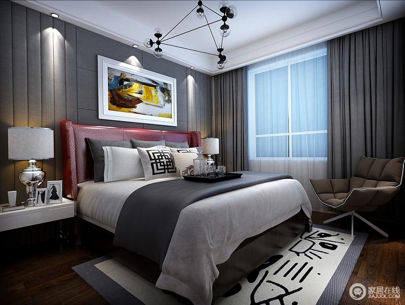 黑白灰的层次中,质感精良的皮质床头以中国红的跳跃色彩,与多彩装饰油画,令空间不失艺术情调;床尾的勾边地毯上,绘以简笔画图案,在丰富的层次中,既与靠枕线条意味相合,又呈现出俏皮活泼。