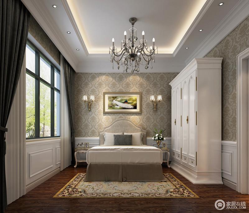 阔朗的窗户将室外的盎然绿意和阳光引入,与墙面上的秀丽的印花及素朴的地板自然相融,带来一室的温润亲和;墙裙拼接了白色护墙板,宛如从华丽线条的衣柜延伸而出,形成空间声的立体围合。