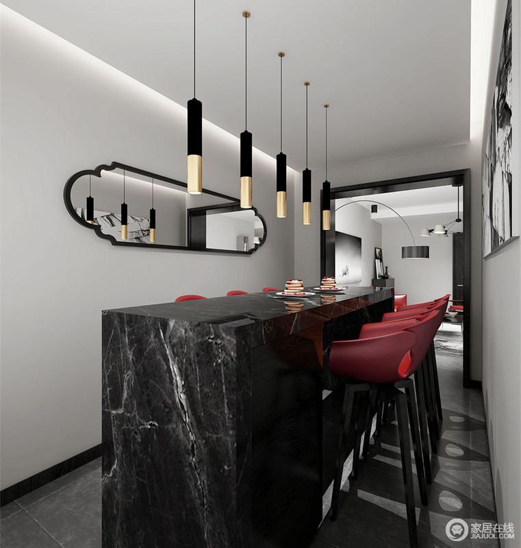 在魅影黑的餐厅中,注入高明度的中国红和奢华金,强烈视觉冲击彰显着极致诱惑和个性;理石的冷硬、皮质的柔软,刚柔搭配出精致品味;拼接线灯折射进花边造型的装饰镜里,与挂画形成了艺术层次。