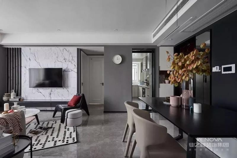 这一套仅有127平米的小户型,整体以灰色调的后现代风格空间基础,营造出一个高冷简约的空间氛围,在这个空间基调下加入一些粉色的细节装饰,营造出一个成熟与浪漫结合的优雅气质。