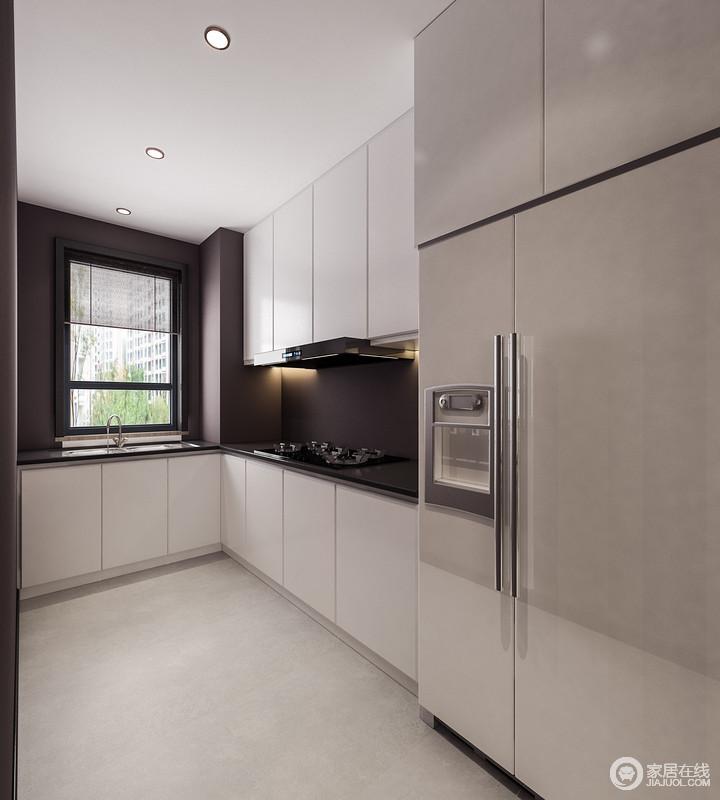 厨房为L型,在格局上将烹饪区和洗菜区分开,简单易操作;黑白色调的橱柜让视觉上的整洁干净,延续出设计的凝练和大气。