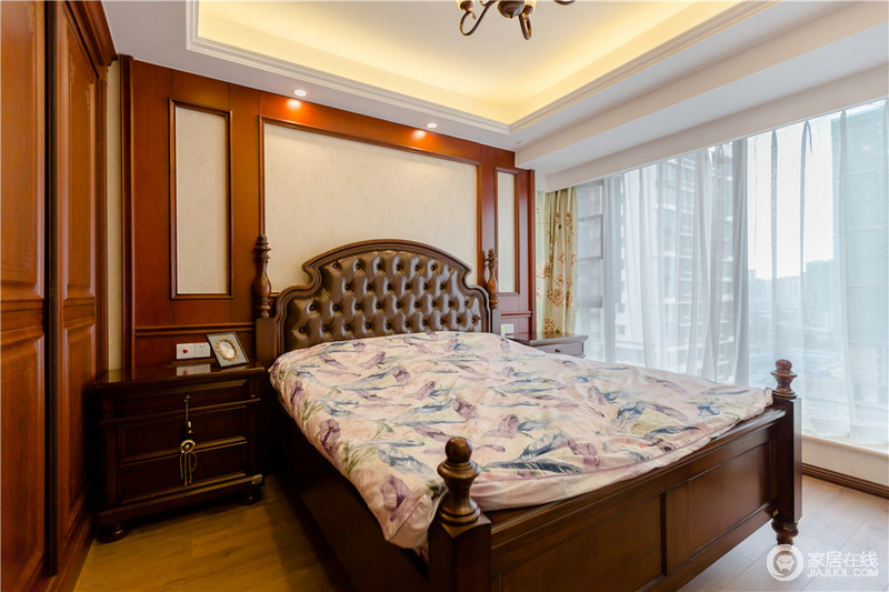 卧室的背景墙以几何板材来突出美式的古典感,实木床头柜对称之余,与纽扣床头搭配出美式贵气;床品的柔和更是增加了生活的体验,更为温馨。