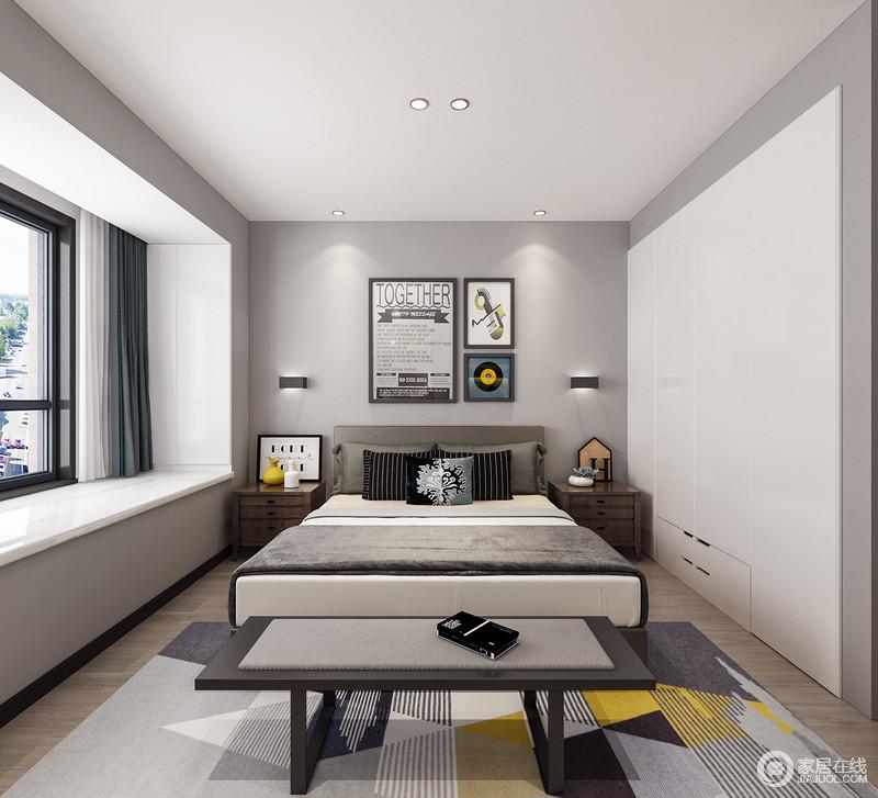 浅灰色和白色搭配,让整个卧室的基调格外素雅,再加上线条简洁的空间,无疑让人颇感舒适;飘窗出的蓝白窗帘,搭配简约的画作、几何地毯,给予空间俏皮与色彩;实木床头柜和壁灯对称的方式延续出生活的和谐与温馨。