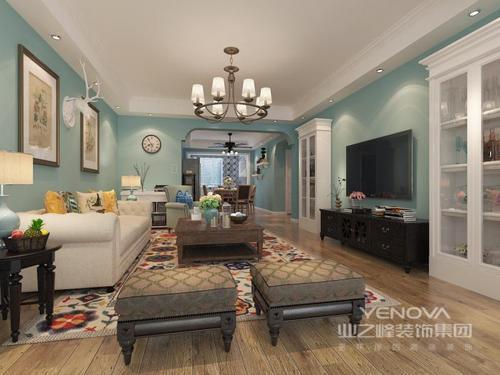 本案以清新素雅为基调,家具的选择都是以单色系为主,客厅沙发分为不同的几个款色与色系,体现出了那种乡村风格的格调,实木浅色地板和木材的茶几在其中显得十分有质感