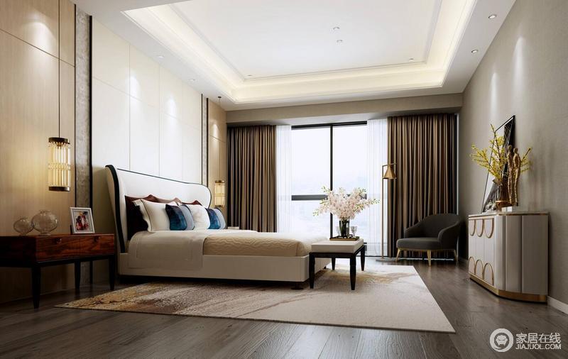 空间线条规整,从矩形吊顶的灯带,到背景墙的白色,给予空间一份纯净与简单;咖色窗帘与抽象纹样的地毯形成色彩上的差异与呼应,让空间具有了层次;现代感的家具与灯具,点缀出质感。