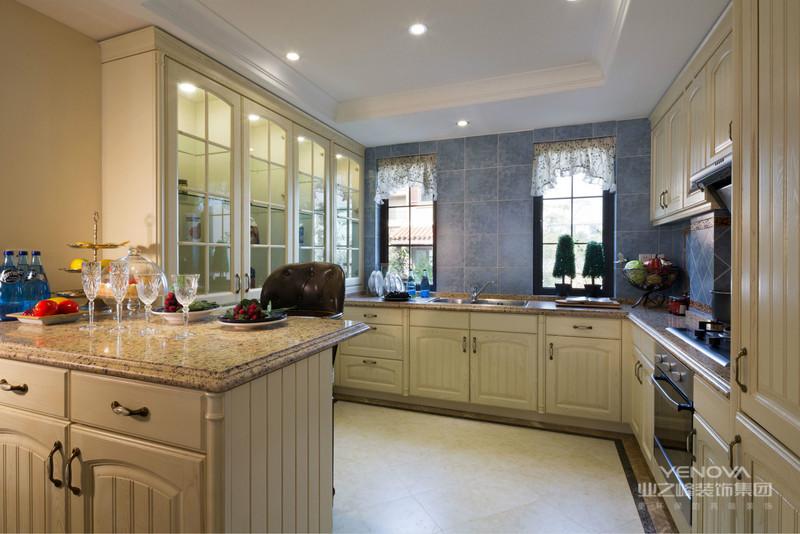 厨房紧挨餐厅,也方便端菜,更显得整洁开阔。