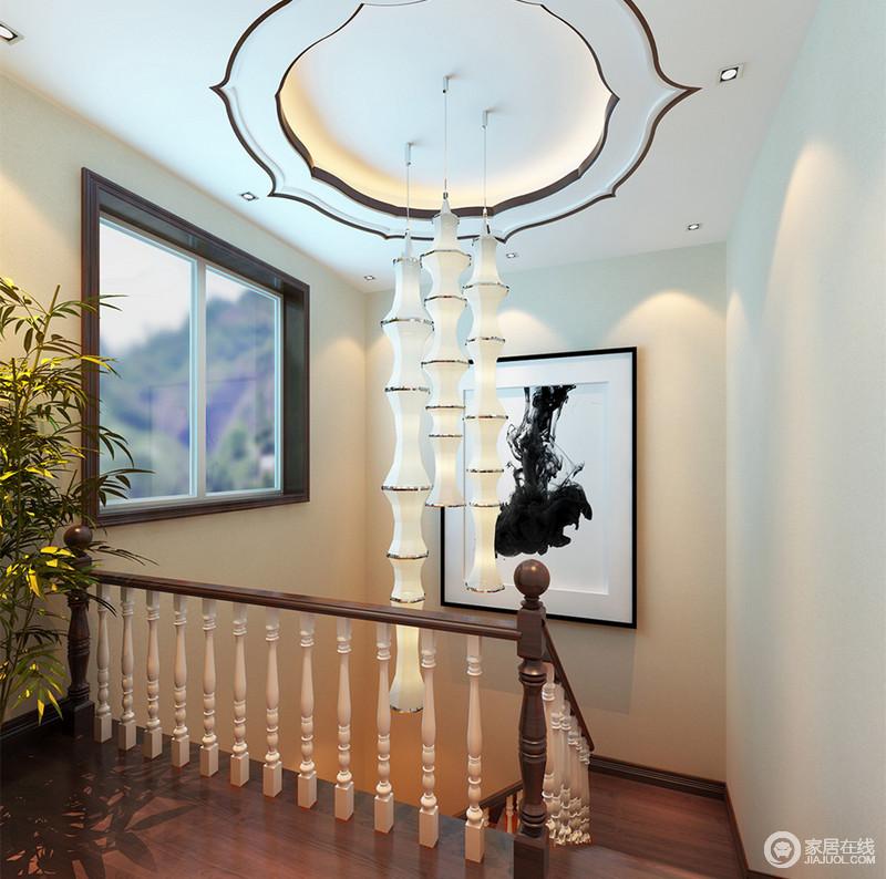 蜿蜒曲折而上的楼梯,采用欧式华柱扶手栏,骨节分明的柱体与莲花顶上垂坠下的竹节似的灯饰,在造型上异曲同工;角落点缀的绿植,与窗外绿意自然呼应。