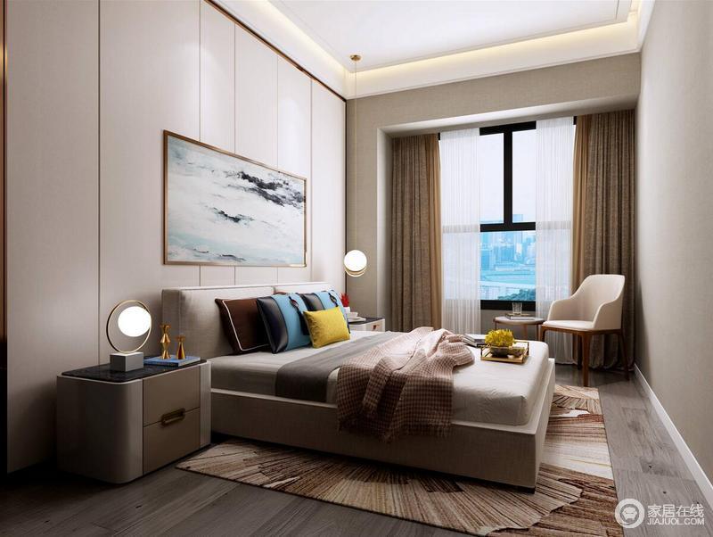 空间用色十分中性,线条感的背景墙因为一副海滩似的挂画多了清韵之色,棕色窗帘、浅灰色床品的沉稳让人心情平静,而彩色靠垫及个性的球形灯具组合,带来了现代设计的另一种美学,与地毯的大气磅礴构成空间的精致。