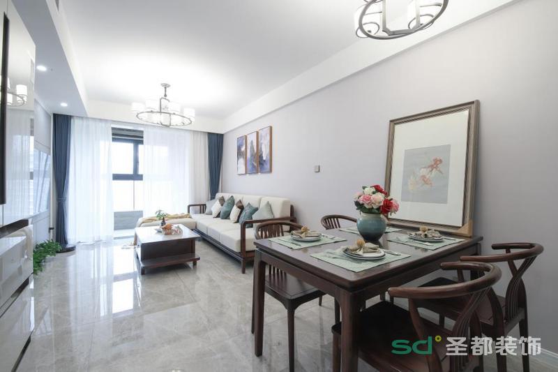 客厅开放式的结构,让空间愈加大气,白色吊顶和浅灰色墙面构成空间的雅致;灰色地砖的通透无疑给空间营造素静,新中式家具的沉淀感,让空间更具文化底蕴。