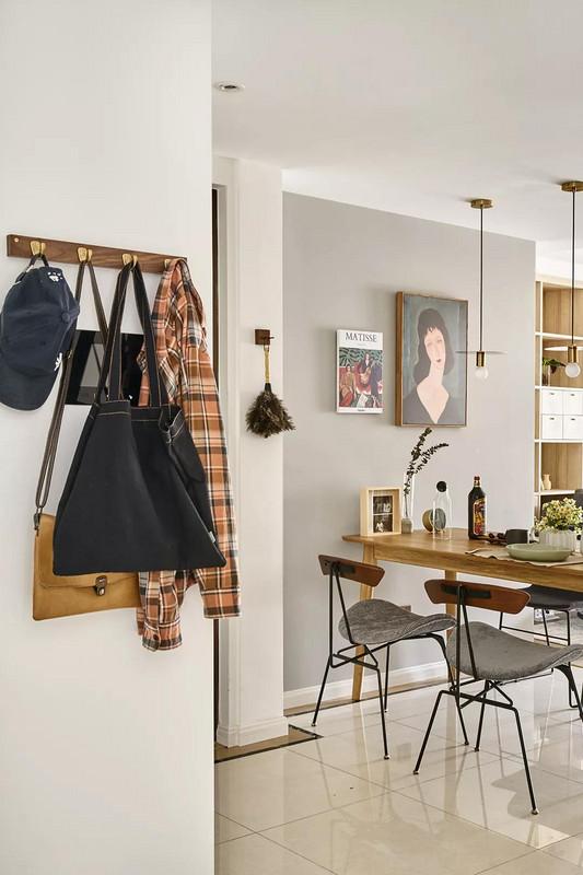 玄关,收纳柜一侧的墙面设置挂钩,回家后的背包、外套等都可以随手挂上。