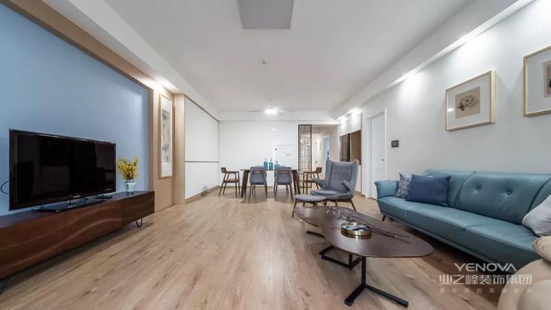 这套135平米的房子以简约淡雅的空间基础,在空间里以原木质感与白色柜门的搭配,营造出一个自然舒适的惬意氛围,置身其中令人感受着轻松舒适的精致氛围感。