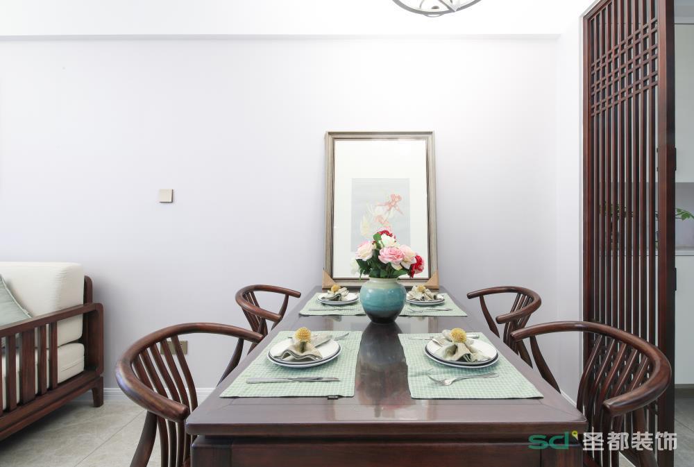 餐厅位置的合理布局,凸显整体空间的宽阔视野。餐椅圆弧扶手的设计,融入了科学的人体工学设计,贴合人体曲线,更具人性化设计,同时,也传承了中式设计的沉稳与大气。