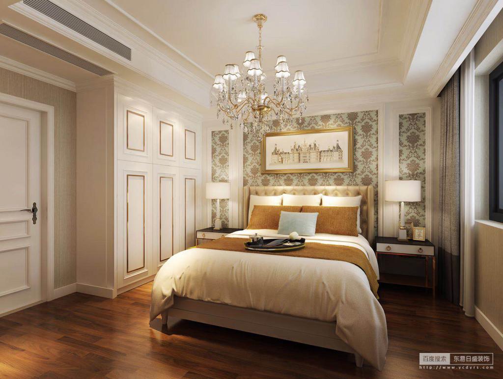 卧室规整而方正,石膏吊顶的矩形设计因为黄铜水晶灯而多了欧式轻华;浅绿色花卉壁纸带着复古的气息,让背景墙多了色彩感;白色衣柜镶金设计,与黑色床头柜和白色台灯呈经典搭配,流动着淡淡地温馨。