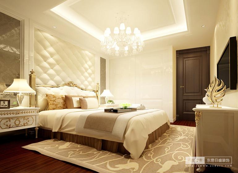 小次卧大面积的运用了白色,在丰富的灯光映照下,显得十分光亮明快;床头局部装饰的花纹镜与木门、地板采用深色配搭,深浅的对比下,整个空间被赋予了轻盈梦幻感;家具上的描金与地毯、靠枕上花纹,点缀出优美的轻奢质感。