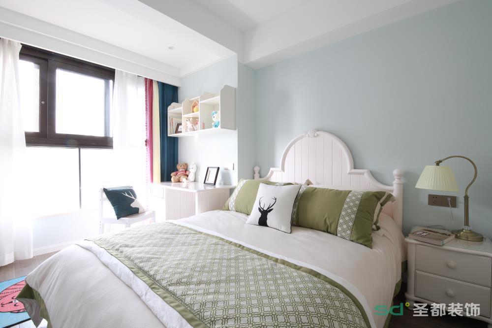 卧室延用舒适、沉稳的色调,来营造一种安静和谐的气氛。在以浅灰色为主调的场景布置中,借用蓝色窗帘、绿色收纳柜作局部点缀,达到视觉平衡的作用,也为空间增添一份情趣。