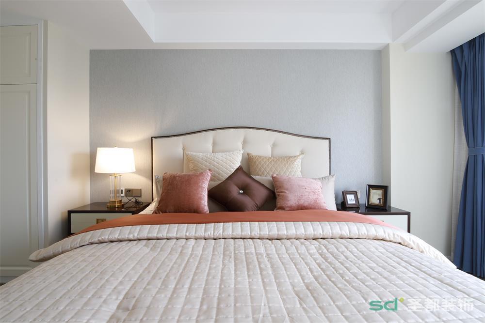卧室简单的以浅色漆来粉刷背景墙,以面状感的设计增加空间的雅致;藏蓝色窗帘搭配布艺,让空间温馨而不失优雅;床头柜对称的陈列,更表达了东方意蕴、和谐之调。