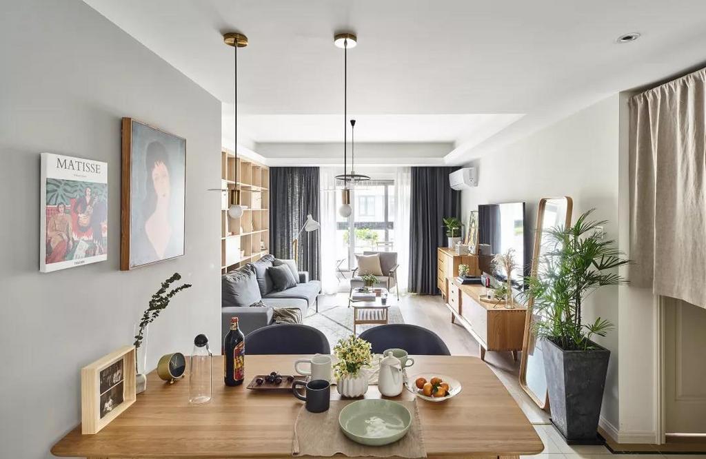 木质餐桌靠墙摆放可以节省很多空间,搭配灰色布艺坐垫椅子,呈现出别致优雅的气质。
