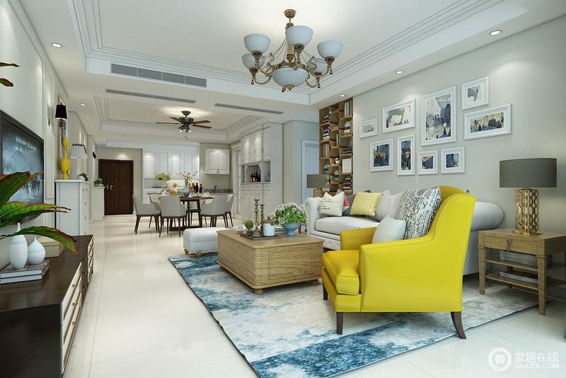 空间开放式的空间做到了巧妙地规划,浅蓝色的空间氛围会随着光线变化,让你感受到色彩的魅力;背景墙张贴的挂画更是与扎染地毯构成蓝色优雅,黄色现代美式扶手椅令空间跳跃出了活力与明艳,让空间生机盎然。